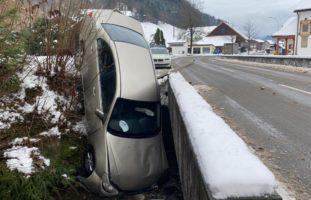 Schlossrued AG - Autolenkerin landet bei Selbstunfall im Bach