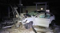 Selbstunfall in Oftringen AG - Fahrer (23) katapultiert seinen Tesla über Sicherheitszaun