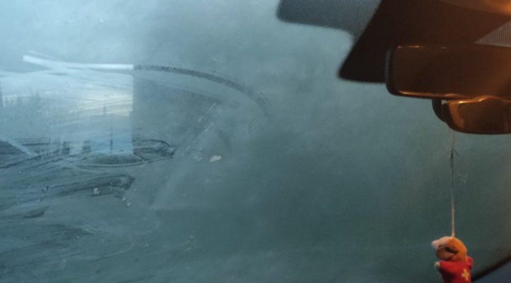 Gestern Freitagabend überfuhr ein PW Lenker in einem Quartier in Oberentfelden zwei Mal ein Kind. Dieses zog sich glücklicherweise nur leichte Verletzungen zu, musste jedoch in Spitalpflege verbracht werden. [btn-gallery] Klick auf Bildstrecke [/btn-gallery] Ein 53-jähriger Schweizer wollte gestern Freitagabend kurz vor 17.00 Uhr im Quartier Rütiweg sein Auto um parkieren. Aufgrund der herrschenden Kälte war das Fahrzeug vereist. Ohne dieses komplett vom Eis zu befreien, setzte er sich ans Steuer und wollte um parkieren. Dabei übersah er das auf einem Laufrad befindliche Kind, fuhr los und überrollte es. Die herbeigeeilte Mutter machte den Fahrzeuglenker auf das unter dem Fahrzeug liegende Kind aufmerksam, worauf der Lenker zurücksetzte und das Kind nochmals überrollte. Das verletzte Kind musste mit der Ambulanz in Spitalpflege verbracht werden. Gemäss ersten Angaben dürfte es glücklicherweise nur leicht verletzt sein. Dem 53-jährigen Schweizer wurde der Führerausweis zuhanden der Entzugsbehörde abgenommen. Kapo AG