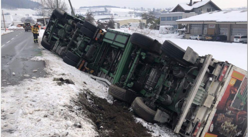 Thayngen SH - Lastwagen kippt mit 23 Tonnen Futter