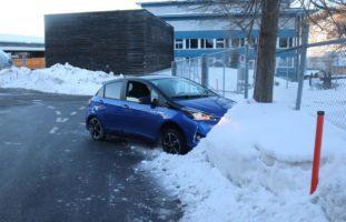 Alkoholisierte Lenkerin prallt in Schneehaufen