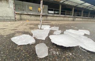Lastwagen mit gefährlichen Eisplatten und Schneedecke unterwegs
