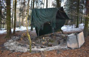 Letzte Woche haben Unbekannte ein Waldsofa einer Spielgruppe aus Oberkirch angezündet. Die Luzerner Polizei sucht Zeugen.
