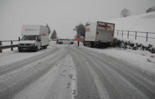 Schwyz SZ - Starke Schneefälle führen zur Sperrung der A4 und zu Unfällen