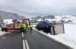 Unfall Schwyzerbrugg: Sattelschlepper kippt auf die Seite