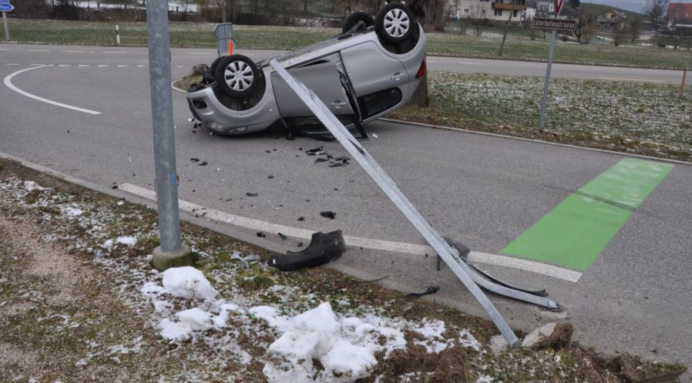 Auto landet bei Unfall in Nennigkofen auf Dach