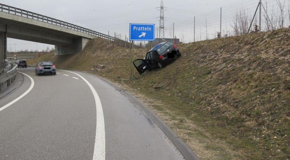Füllinsdorf - Autolenkerin kollidiert mit Böschung und Signalträger