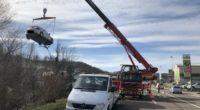 Auto rollt nach Unfall in Gelterkinden in Bachbett der Ergolz