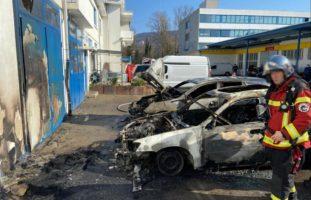 Aesch BL - Zwei parkierte Autos in Flammen aufgegangen