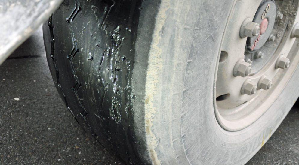 A2 Emmenbrücke LU - Polizei stoppt schweren LKW mit fünf beschädigten Reifen
