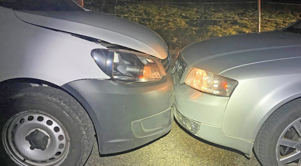 Frontalkollision zwischen Lieferwagen und Auto in Pfyn