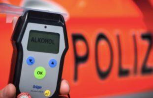 Neuheim ZG - Blaufahrer touchiert Polizeifahrzeug