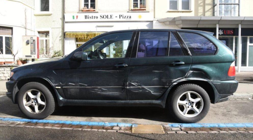 Basel - Parkiertes Fahrzeug beschädigt und abgehauen