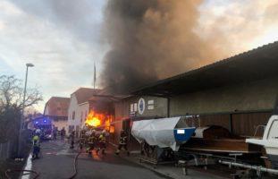 Schiffswerft in Brand - Strasse gesperrt