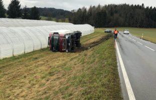 Lastwagen in Uttigen BE verunfallt