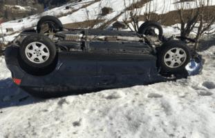 Abgelenkter Autofahrer durchbricht Zaun in Matt GL und landet auf Dach