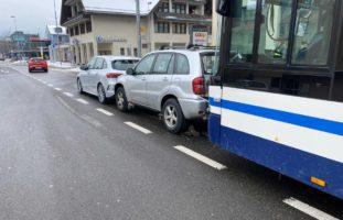 Unfall in Unterägeri ZG - Linienbus kracht in Auto