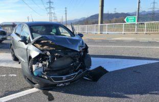 Bilten GL: 18-Jähriger baut Unfall - Auto fängt Feuer