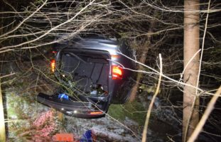 Auto in Holderbank nach Selbstunfall auf dem Dach gelandet