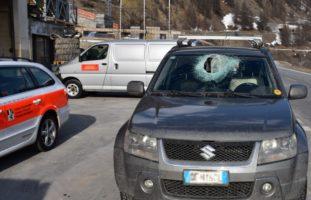 Zernez GR - 7 Kilo Stein durchschlägt PW-Frontscheibe und verletzt Fahrer