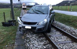 Bei Verkehrsunfall in Neirivue auf den Gleisen gelandet