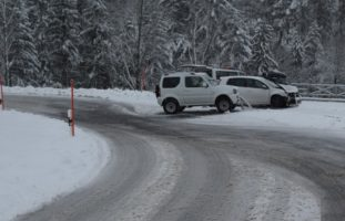 Zwei Verkehrsunfälle durch schneebedeckte Straßen in Rehetobel und Speicher