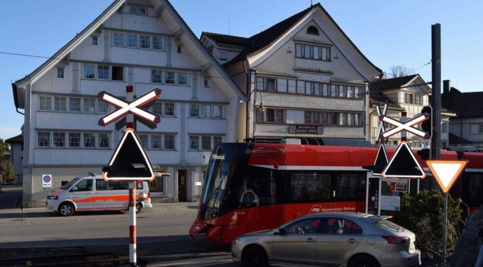 Unfall: Autolenkerin (34) prallt in Speicher AR gegen fahrenden Zug