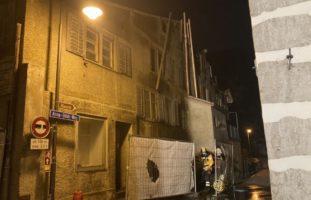 Baustellensichtschutz und Abfalleimer in Brand geraten