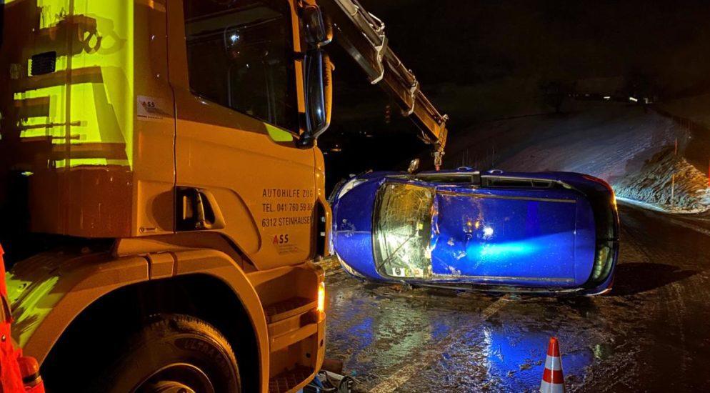 Menzingen ZG - Autolenkerin kommt auf verschneiter Strasse ins Schleudern