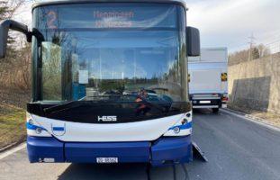 Streifkollision zwischen Bus und PW in Menzingen