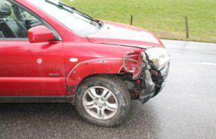 Unterschlatt AI: Auto crasht in Betonpfahlzaun