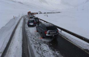 Julierpassstrasse: Auffahrunfall zwischen 6 Fahrzeugen wegen Schneegestöber