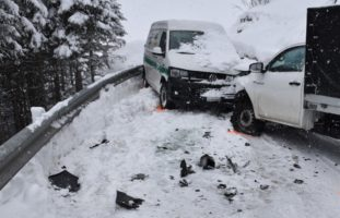Crash zwischen zwei Lieferwagen in Davos Monstein