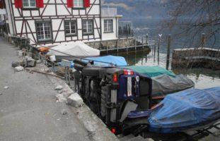 Gersau SZ - Wagen landet in Bootsparkplatz