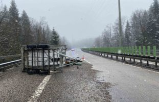 Verkehrsunfall in Baar: Anhänger mit Kies auf Autobahngekippt