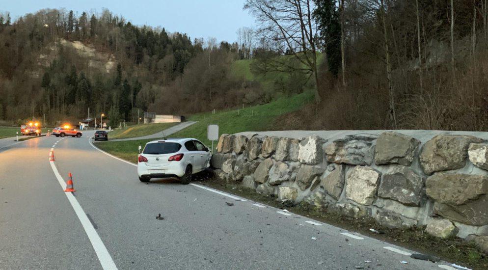 Ruswil LU - Autolenker kracht in Steinmauer