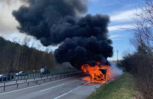 Gelenkbus auf der A1 bei Winterthur ausgebrannt