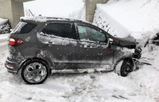 Rüti GL - Fahrerin verunfallt und prallt in Mauer