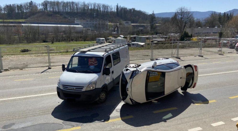 Dittingen BL: Kollision zwischen Auto und Lieferwagen