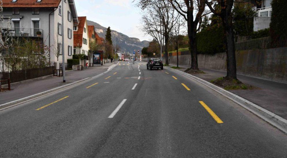 Am Karfreitag Morgen (02.04.2021) ist es kurz vor 07.00 Uhr auf der Masanserstrasse zu einem Unfall zwischen einem Fussgänger und einem Personenwagen gekommen. Der Fussgänger wurde dabei verletzt. Ein 28-jähriger Fussgänger rannte auf dem rechtsseitigen Trottoir der Masanserstrasse stadtauswärts. Im Bereich der Montalinstrasse beabsichtigte er die Masanserstrasse zu überqueren und trat auf die Fahrbahn. Dabei wurde er von einem stadtauswärtsfahrenden 63-jährigen Lenker mit seinem Personenwagen seitlich erfasst. Bei der Kollision zog sich der Fussgänger unbestimmte Verletzungen zu. Die Rettung Chur überführte ihn ins Kantonsspital Graubünden. Bei ihm wurde eine Blut-und Urinprobe angeordnet. Die Masanserstrasse wurde im Teilstück der Unfallstelle für jeglichen Fahrverkehr für rund eine Stunde gesperrt. Stapo Chur