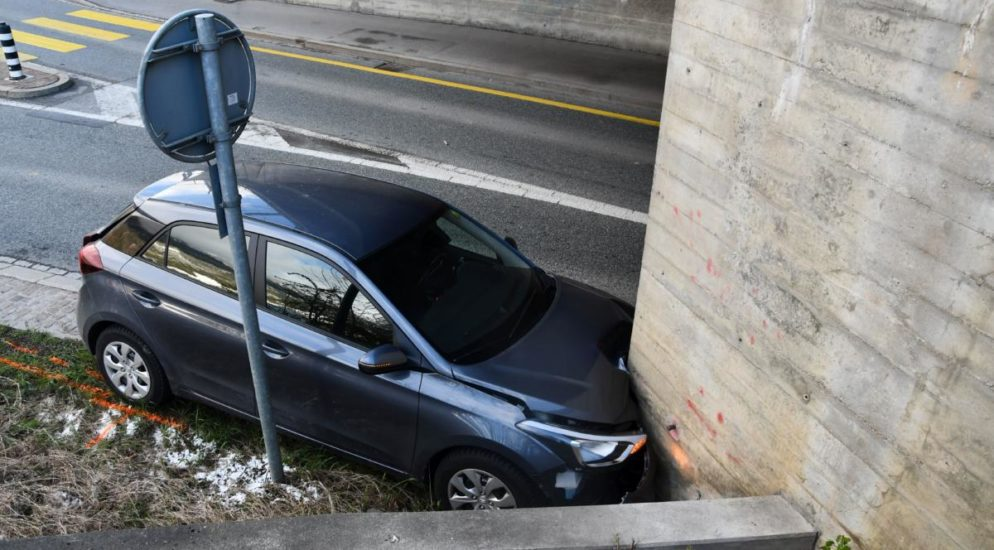 Chur GR - Totalschaden nach Crash mit Mauer