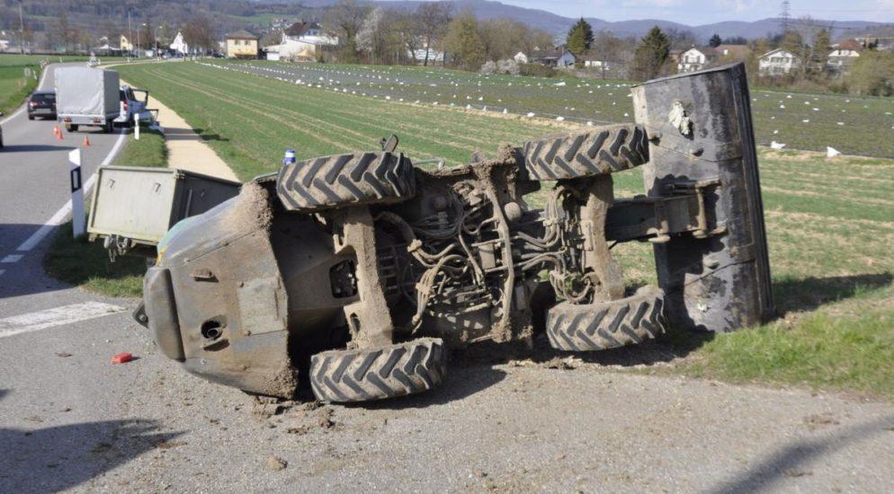 Däniken SO: Totalschaden nach Unfall zwischen Arbeitskarren und Auto