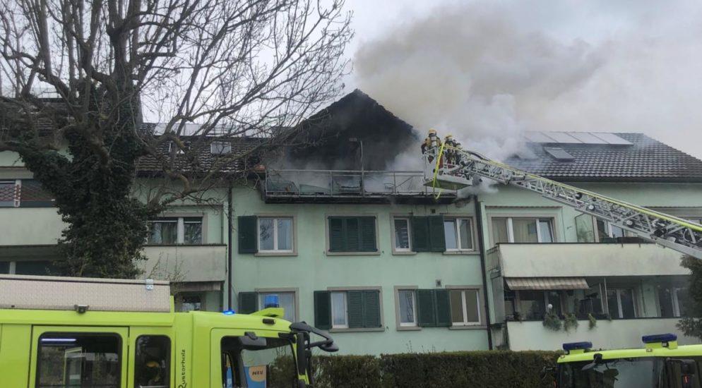 Wohnungsbrand in Mehrfamilienhaus in Schwerzenbach ZH