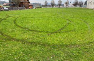 Alkoholisierter Autofahrer (19) bei Offroadfahrt in Steinhausen verunfallt