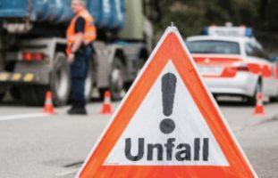 Beckenried NW: Motorrad verkeilt sich bei Verkehrsunfall unter LKW