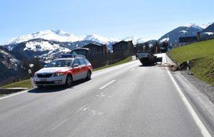 Disentis/Mustér: Autolenker kracht in Böschungsmauer