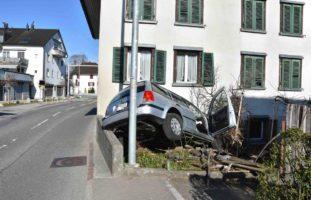 Wagen SG: Lenker nach Unfall ins Spital geflogen