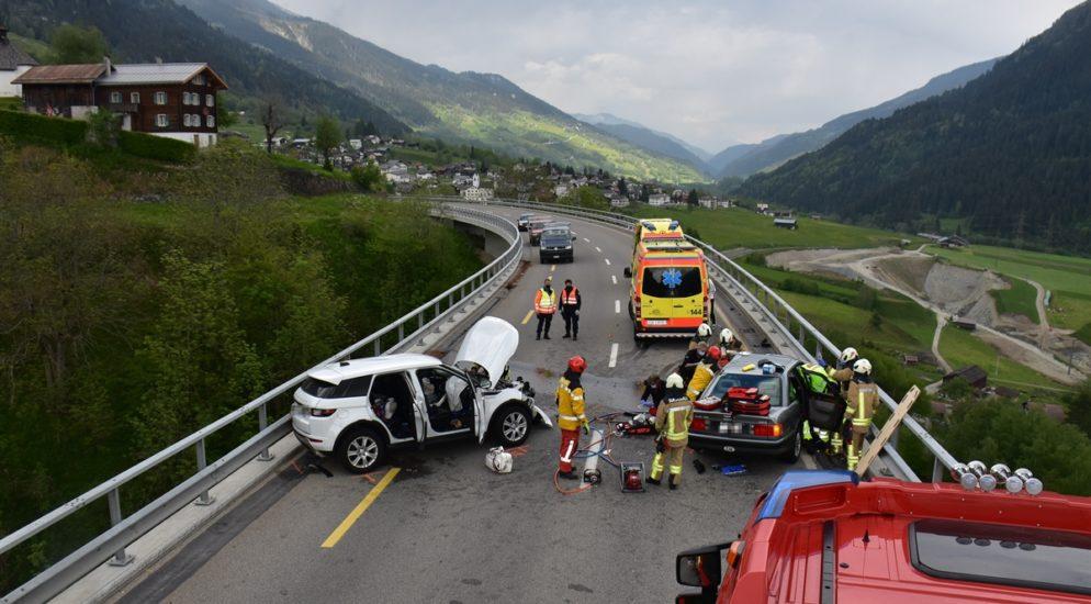 Rabius GR: Schwerverletzte Person und ein Todesopfer bei Frontal-Unfall