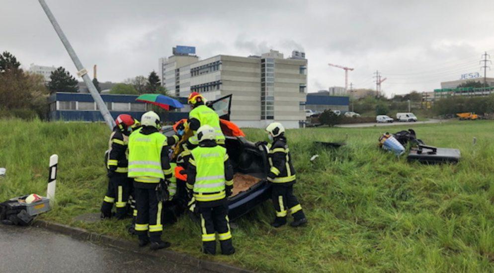 Verkehrsunfall Villars-sur-Glâne FR: Fahrerin (31) prallt gegen Laternenpfahl