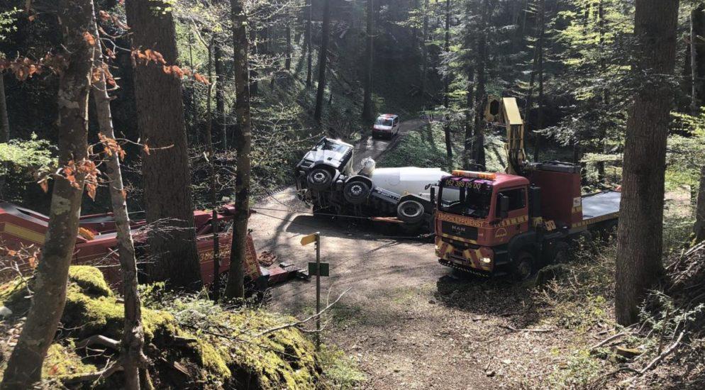 Bennwil BL: Lastwagen kippt ins Bachbett